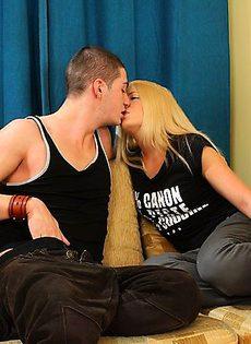 Не слабо так потрепал гениталии блондинки - фото #