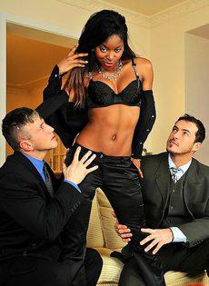 Темнокожая конфетка ублажает двух белых парней - фото #