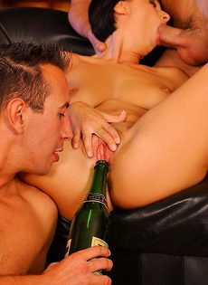 Пьяные мужики поимели добрую брюнетку - фото #