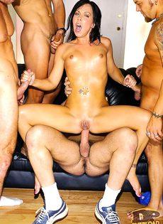 Шлюшку грубо поимели четверо парней - фото #