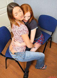 Рыжая киска соблазнила девушку, ради однополого секса - фото #