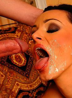 Украсил лицо брюнетки, белым молочком - фото #