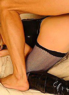 Трахнул белобрысую шалаву в черном корсете и чулках - фото #