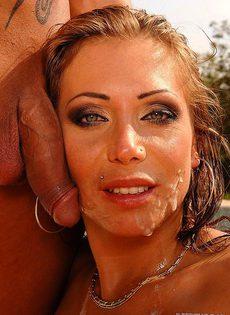 Муж выебал свою грудастую жену возле бассейна - фото #