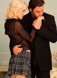 Соблазнительная блондинка поставила мужчину на колени - фото #