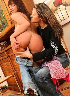 Девушки разделись, чтобы вылизать друг другу киски - фото #