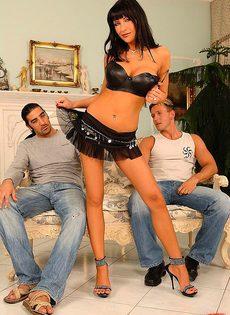 Парни купили праститутку на двоих - фото #