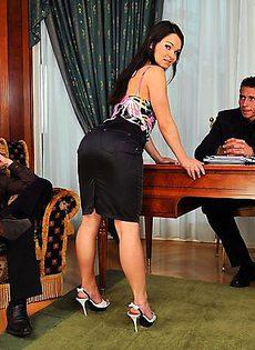 Разрядили обстановку трахнув молоденькую секретаршу - фото #