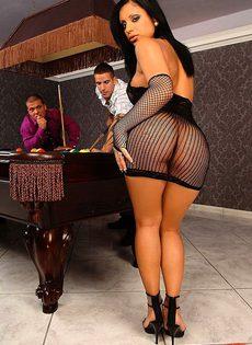 Парни уложили брюнетку на бильярдный стол и трахнули - фото #