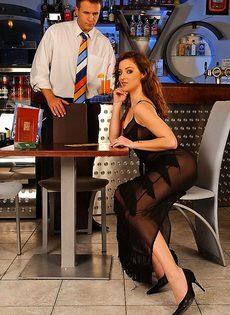 За коктель ей пришлось расплачиваться своей жопой - фото #
