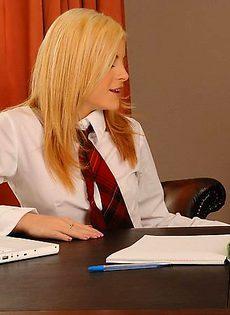 Раздвинула ноги перед парнем на письменном столе - фото #