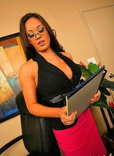 Секретарша делает себе карьеру с помощью сисек - фото #