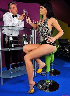 Встала раком за бокал шампанского - фото #