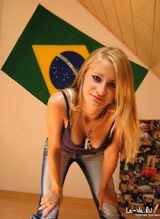 Симпатичная молоденькая девушка из домашнего фотоальбома - фото #9