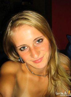 Симпатичная молоденькая девушка из домашнего фотоальбома - фото #10
