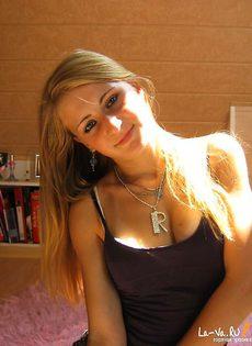 Симпатичная молоденькая девушка из домашнего фотоальбома - фото #