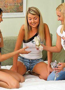 Три сучки изучают женскую анатомию - фото #