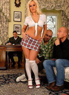 Блондинка и три возбужденных самца - фото #