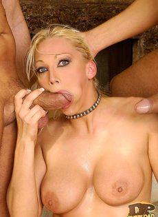 Блондинка не потерпела конкуренции - фото #