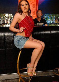 Поимела любопытного бармена - фото #