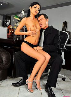 Секретарше приходится отрабатывать своё место в кресле - фото #