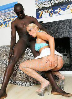 Негр поимел сучку в интимных колготках - фото #