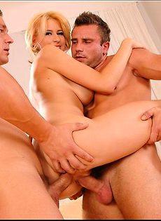 Блондинка в силах справиться с двумя перцами - фото #