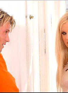 Блондинка трахнулась с двумя рабочими - фото #