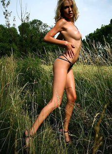 Позирование голышом в открытом поле - фото #