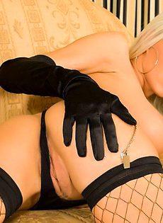 Блондинка в соблазнительном нижнем белье - фото #