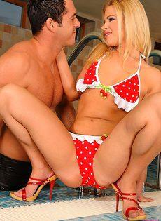 Блондинка раскрылась перед симпатичным мужчиной - фото #