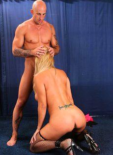 Член мужика не вдохновил блондинку - фото #