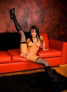 Сексуальная красотка играет с киской - фото #