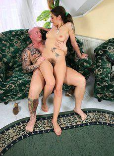 Бритоголовый трахает девушку с волосатой пиздой - фото #