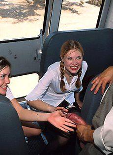 Водитель автобуса выебал студенток - фото #