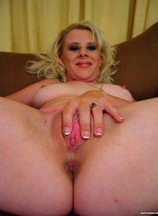 Зрелая женщина развела ноги и гладит обнаженную розовую писечку - фото #