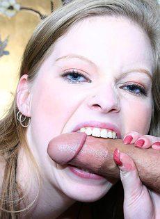 Молоденькая блондинка в чулках трахается с парнем - фото #