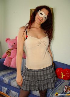 Девушка в маске и в чулках устроила домашнюю фото сессию - фото #1