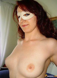 Девушка в маске и в чулках устроила домашнюю фото сессию - фото #5