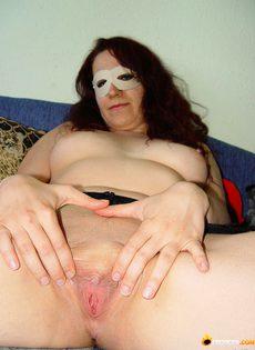 Девушка в маске и в чулках устроила домашнюю фото сессию - фото #7
