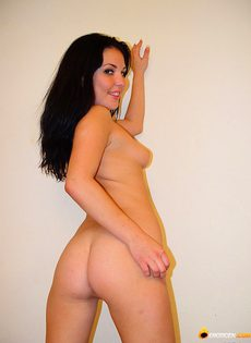 Брюнетка показала своё тело и киску - фото #