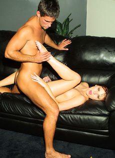Стройна девушка ласкает тело своего мужчины на диване - фото #