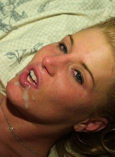 Блондинка трахается с двумя чуваками в постели - фото #