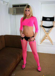 Блондинка в розовом одеянии показывает свои прелести - фото #