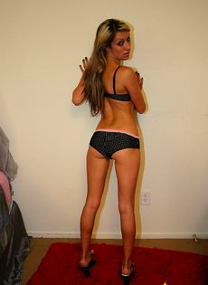 Девка в белье демонстрирует свою похотливость - фото #15