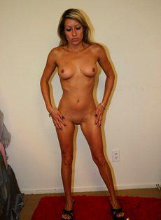 Девка в белье демонстрирует свою похотливость - фото #