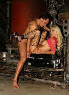 Сантехник выебал в очко шлюху в подвале ночного клуба - фото #