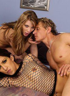 Крепкий мужик трахает в жопу кавказскую девушку - фото #