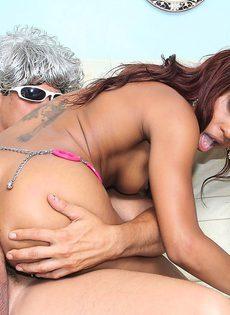 Моя чернокожая подруга обожает секс во все дырочки - фото #