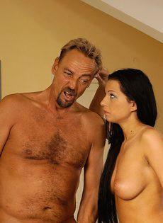 Взрослый мужик трахнул свою молодую подругу в жопу и кончил ей на грудь - фото #